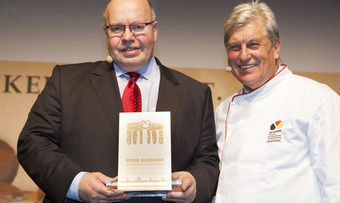 "Bundesminister Peter Altmaier (links) empfängt die Ehrung als ""Botschafter des Deutschen Brotes"" durch ZV-Präsident Peter Becker."