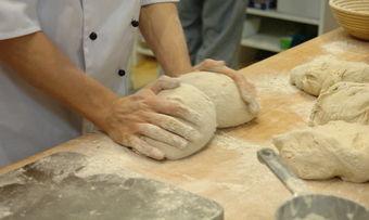 Teige mache, wirken, backen - die Produktion der Bäckerei Mayer kann jetzt wieder anlaufen.