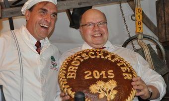 Bäckermeister Karl-Dietmar Plentz (links) überreicht Peter Altmaier das Botschafter-Brot.
