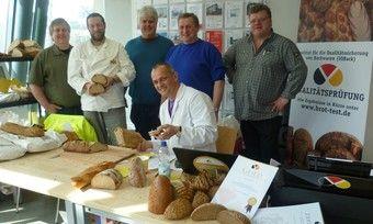 Zeigen bei der Brotprüfung Flagge (von rechts): die Bäckermeister Albrecht Ackermann, Gerhard Ecker, Prüfer Schmalz (sitzend), Reinhard Ackermann, Max Lagaly und Bäckermeister Hans Kassel.