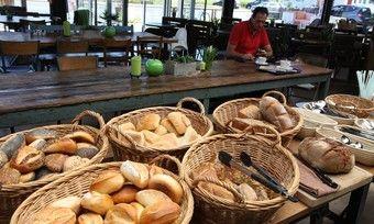 Im ehemaligen Autohaus fühlen sich heute Bäckerei-Kunden wohl.