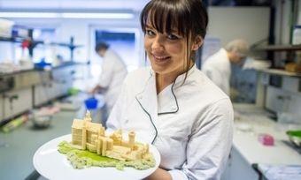 Figuren und Schrifzüge lassen sich über Druckerkartuschen herstellen, die mit Lebensmitteln gefüllt sind.