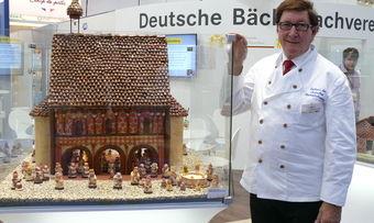 Bundesvorsitzender Heinz Krauß präsentiert die Schaustücke der Landesverbände, hier die Torhalle des Kloster Lorsch.