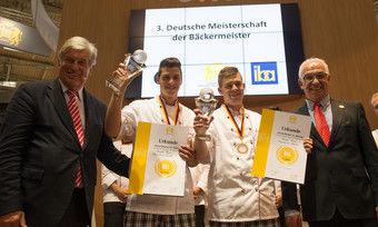 Freuen sich bei der Siegerehrung (von links): Peter Becker, Daniel Plum, Maximilian Raisch und Wolfgang Schäfer.