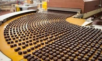 Dominosteine am laufenden Band: Pro Stunde produziert Lambertz 280.000 Stück.
