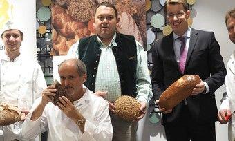 Testen das Brot (von links): Richard Freundl, Manfred Stiefel, stellvertretender Obermeister Martin Schmitt, Bankvorstand Bernhard Failer und Martin Freundl.