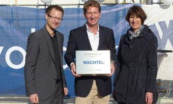 Bei der Grundsteinlegung freut sich Wachtel-Geschäftsführer Oliver Frey (Mitte) mit Heiko Hensing (Vollack) und Hildens Bürgermeisterin Birgit Alkenings.