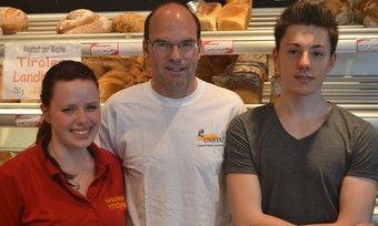 Rebecca Knotz und John Heller (rechts) von der Bäckerei Mayer freuen sich über ihren Aufenthalt in England.