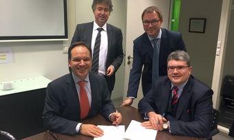 Unterschreiben die Gründungsurkunde (von links): Jean-Christophe Kremer, Peter Van Melkebeke (Notaires Berquin), Wolfgang Mayer, Christof Crone.