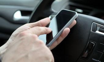 Schnell mal auf Handy-Display schauen - im Auto kann das teuer werden.