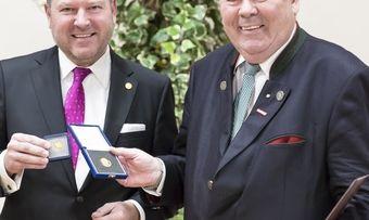 Ehrung im Rathaus (von links): Josef Schmid überreicht Ehrenpräsident Heinrich Traublinger die Goldene Ehrenmünze der Stadt München.