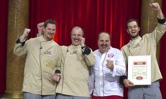 Kugels Backwelt steht Kopf: Heinz Kugel (Zweiter von links), seine Söhne und Johann Lafer (Dritter von links) freuen sich.