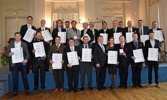 Gruppenbild der Vertreter von 20 der ausgezeichneten Bäckereien mit Landesinnungsmeister Heinz Hoffmann (3. von rechts).