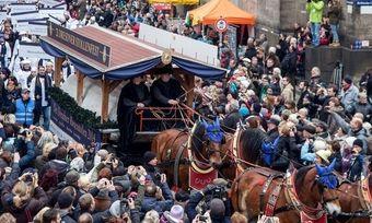 Foto: Der Dresdner Riesenstollen bietet alljährlich Anlass für ein Volksfest rund um dieses Traditionsgebäck.