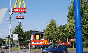 Der Systemgastronom McDonald's kommt nicht aus den Schlagzeilen und tut sich schwer, seine Martkanteile zu verteidigen.