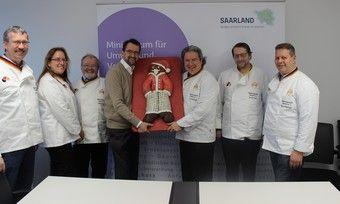 Stefan Lang (von links), Geschäftsführerin Sabine Hensler, Minister Reinhold Jost, Landesinnungsmeister Hans-Jörg Kleinbauer, Gerhard Ecker, Bernd Breininger.