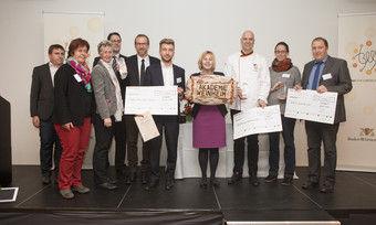 Vertreter der ausgezeichneten Weiterbildungsinitiativen mit Staatssekretärin Marion von Wartenberg (Mitte) und Akademie-Direktor Bernd Kütscher (rechts daneben).