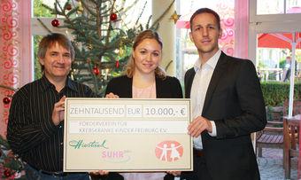 Steffen Göhringer und Mandy Maier (von rechts) überreichen Claus Geppert vom Förderverein eine Spende von 10.000 Euro.