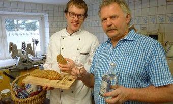 Gemeinsam verköstigen Bäckermeister Stefan Richter (links) und Steffen Lindner (rechts) ihre Produkte aus der Süß-Lupine.
