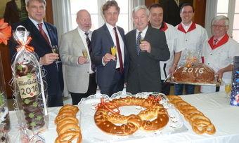 Stoßengemeinsam mit den Kollegen auf das Neue Jahr an: Oberbürgermeister Frank Mentrup (Mitte links) und Obermeister Karl-Heinz Joos (Mitte rechts).