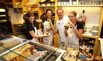 Ingo Möhring (3. von links) und seinem Verkaufsteam steht die Begeisterung für französische Produkte ins gesicht geschrieben.