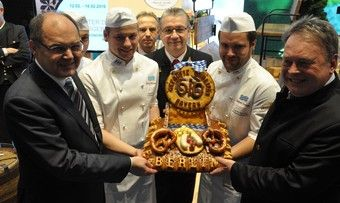 Bundesernährungsminister Christian Schmidt (links) mit den bayerischen Kollegen, Bayerns Landwirtschaftsminister Helmut Brunner (rechts) und dem gebackenen Schaulaib.