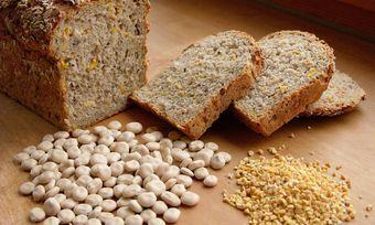 Die Weiße Lupine punktet mit einem hohen Proteingehalt und eignet sich auch zur Herstellung für Backwaren.