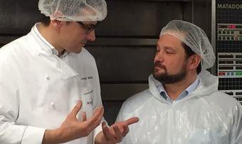 Lehrstunde für den Minister: Alexander Bonde (r.) lauscht den Worten von Bäckermeister Jochen Baier