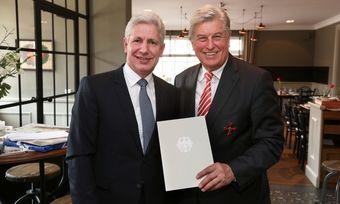 Rainer Rempe (links), Erster Landrat des Landkreises Harburg überreicht Peter Becker, Ehrenpräsident des Zentralverbandes des Deutschen Bäckerhandwerks das Bundesverdienstkreuz.