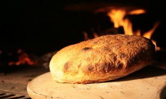 Ein Demeter-Brot, frisch aus dem Holzofen.