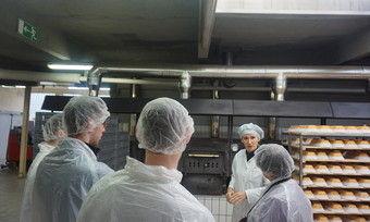 Geschäftsführerin Katja Thiele-Hann führt die Azubis durchs die Produktion, hier bei den Holzbacköfen.