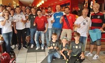 Die Fußball-Fans freuen sich, dass sie die Wette gegen Bäckermeister Martin Reinhardt gewonnen haben.
