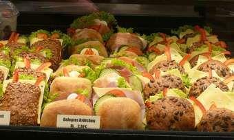 Bei der Herstellung und Präsentation von Snacks sollte auf ausreichend Kühlung geachtet werden, um die Keimbelastung einzudämmen.