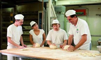 Die Auszubildenden im Bäckerhandwerk bekommen ab 1. September 2016 in allen Ausbildungsjahren mehr Geld.