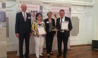 Oskar Vogel vom Handwerkskammertag (von links), Geschäftsführerin Anne Maurer, Wirtschaftsministerin Dr. Nicole Hoffmeister-Kraut und Geschäftsführer Tobias Maurer auf der Preisverleihung für den Mittelstandspreis.