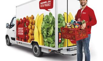 Fahrzeuge des Rewe-Lieferservices bringen die Ware bis zur Haustüre.