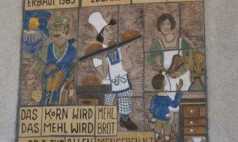 Dieses Keramik-Kunstwerk ziert eine Hauswand in Waldbüttelbronn bei Würzburg.