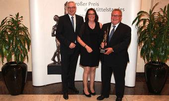 BU: Matthias Essmann, Marion Müller und Klaus Große Besten (von links), die Geschäftsführer von Essman's Backstube, haben in Düsseldorf den Großen Preis des Mittelstandes entgegengenommen.
