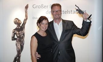 """Wolfgang Pfeifle und seine Frau Heidi mit dem """"kleinen"""" Oskar auf der Preisverleihung in Würzburg."""
