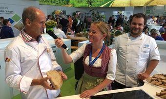 Brotprüfer Manfred Stiefel (links) mit der Moderatorin Regina Wallner und Bäckermeister Fabian Gerum auf dem Bayerischen Zentral-Landwirtschaftsfest.