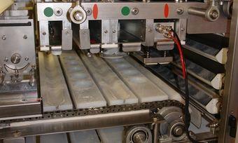Hier in dieser Maschine ist nichts passiert, aber grundsätzlich sollten Bäcker beim Reinigen in geöffneten Maschinenbereichen immer aufmerksam sein.
