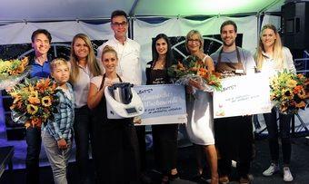 Die Jury-Mitglieder mit den Gewinnern, dem Bäckerei-Inhaber, Norbert Büsch (5.v.l.), und der Moderatorin, Yvonne Willicks (3.v.r.) vom WDR, bei der Siegerehrung.