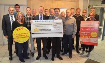"""Mit dem Verkauf des """"Rosenbrots"""" haben Bäcker der Innung Lingen 4348 Euro eingenommen und an Caritas übergeben."""