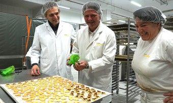 """In der neuen Produktionsstätte stellte Bürgermeister Helmut Haider (Mitte) mit Firmenchef Anton Mareis und Konditorin Monika Haack """"Bürgermeister-Plätzchen"""" her."""
