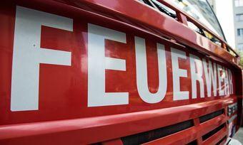 """Großeinsatz für die Feuerwehr im Raum Hannover, bei einem Feuer in der Großbäckerei """"Schäfer""""."""