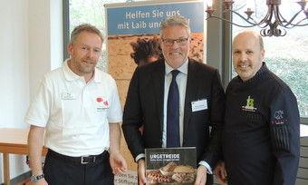 Freuen sich über die Spende (von links) Oliver Flodmann Projektmanager der Stiftung, Heiner Kamps und Siegfried Brenneis.