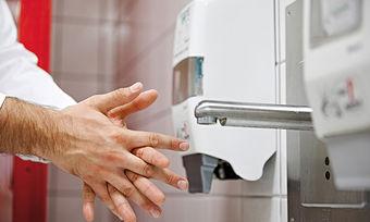 Insbesondere im Lebensmittelbereich ist die richtige Hygiene der Hände entscheidend.