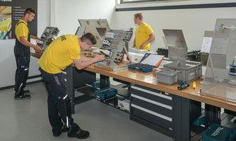 Auszubildende im neuen Elektronik-Bereich des Ausbildungszentrums.