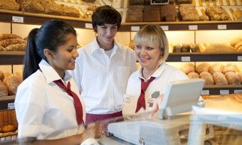 Verkäuferinnen in Baden-Württemberg erhalten bis zu 4,8 Prozent mehr Lohn.