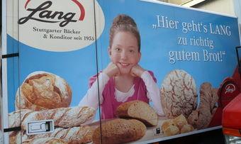 Fahrzeugwerbung aus besseren Tagen der Stuttgarter Bäckerei Lang.